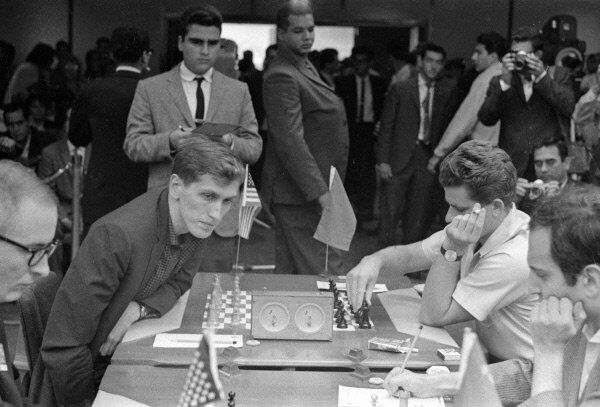 Boris Spassky (right) and Bobby Fischer (left) prepare to face off at a chess competition in Havana in 1966. - Sputnik International