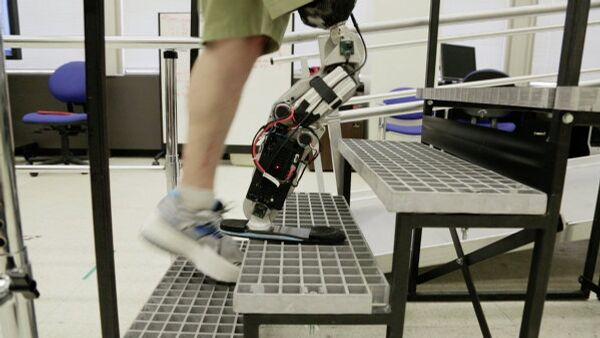 An American man has become the first person to walk with a thought-controlled bionic leg. - Sputnik International