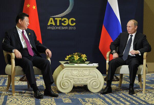 Xi Jinping and Vladimir Putin at an Asian economic forum in Indonesia - Sputnik International