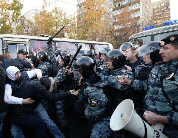 OMON riot police detain protestors on hooliganism - Sputnik International