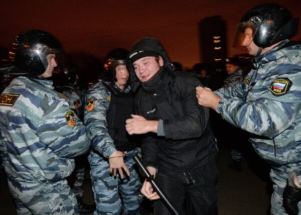 OMON riot police detain a protest participant in southern Moscow - Sputnik International