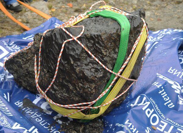 Russian Team Recovers Huge Meteorite Chunk From Urals Lake - Sputnik International
