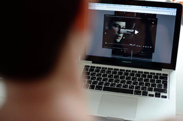 A man watches an illegally uploaded movie - Sputnik International