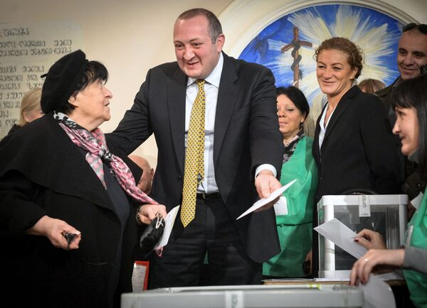 With votes counted at over 70 percent of the country's polling stations, Giorgi Margvelashvili (C) received 62.13 percent of the vote - Sputnik International