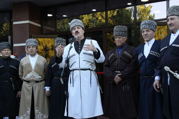 Ramazan Abdulatipov (center) wearing traditional national clothes gives a speech for Constitution Day (archive) - Sputnik International