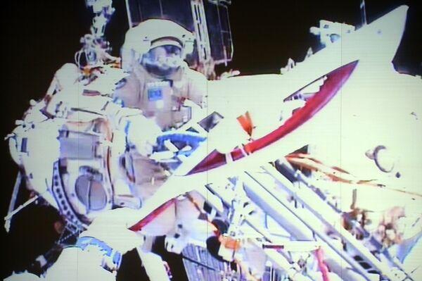 Olympic Torch Goes on First Ever Spacewalk - Sputnik International
