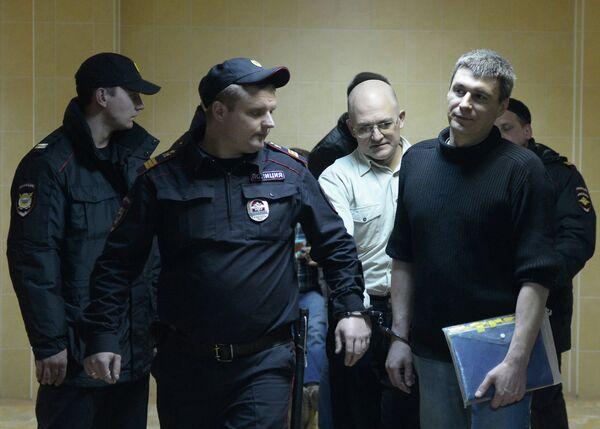Sergei Krivov (left) and Artyom Savelov (right) escorted to court in May 2012 - Sputnik International