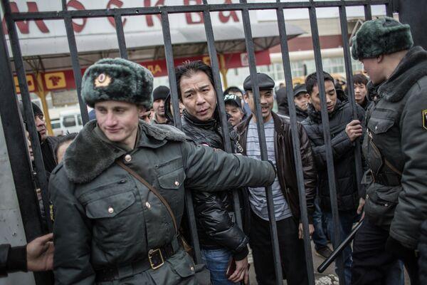 Police Detain Over 1,000 in Latest Moscow Market Sweep - Sputnik International