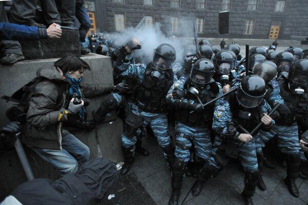 Protesters clash with riot police in Kiev, November 25, 2013 - Sputnik International