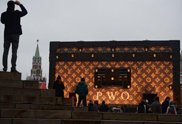 Gargantuan Designer Suitcase on Red Square Riles Russians - Sputnik International