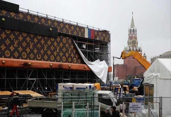 Louis Vuitton Faces Sanctions Over Giant Trunk on Red Square - Sputnik International