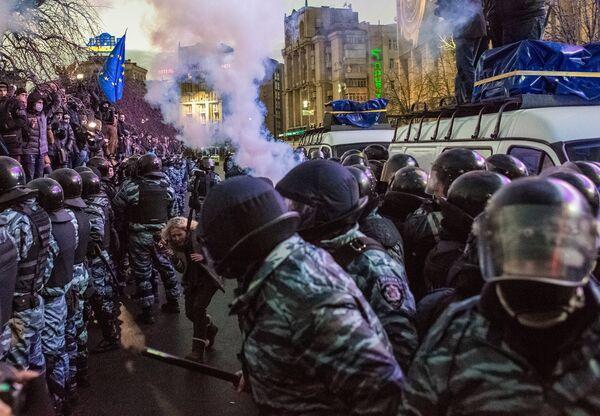 Riot Police Descend on Kiev Protests - Sputnik International