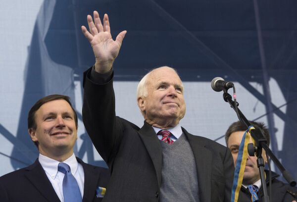 US Senators Chtis Murphy, John McCain and Oleg Tyagnibok, the leader of opposition party Svoboda (from L-R) - Sputnik International
