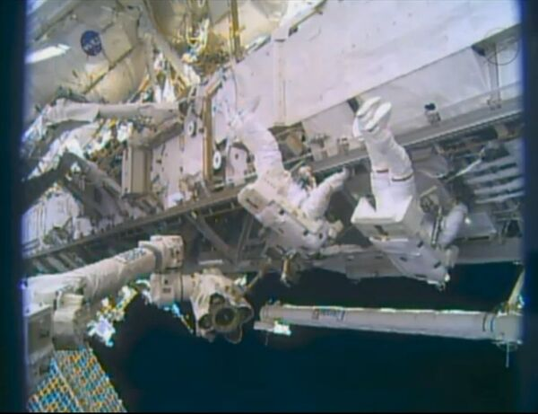 Astronauts Mike Hopkins and Rick Mastracchio finishing repairing a cooling system at the International Space Station - Sputnik International