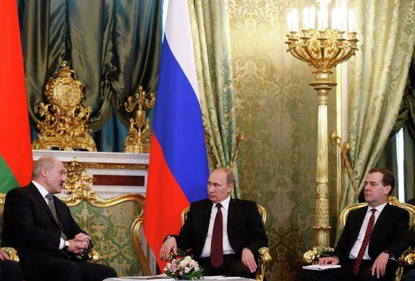 Belarusian President Alexander Lukashenko, Russian President Vladimir Putin and Prime Minister Dmitry Medvedev during a meeting in Moscow - Sputnik International