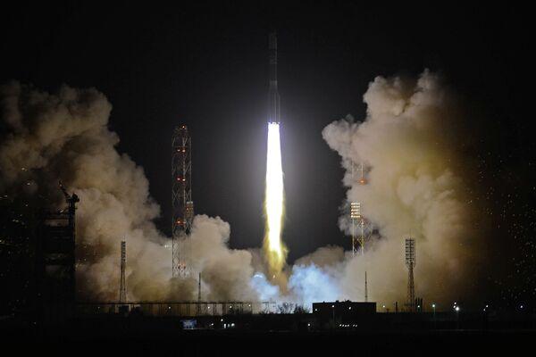 Proton Rocket Rolls Out to Launchpad Carrying Telecom Sats - Sputnik International