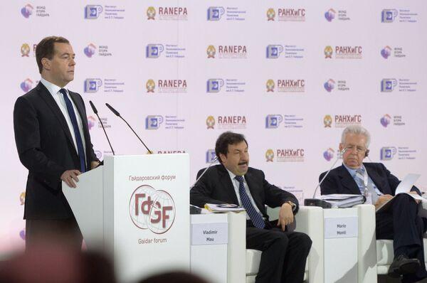 Dmitry Medvedev giving a speech at the annual Gaidar Economic Forum - Sputnik International