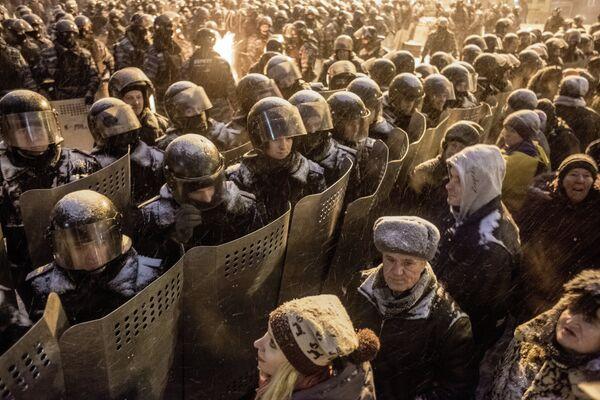 Ukraine saw its worst street violence since anti-government demonstrations began in November - Sputnik International