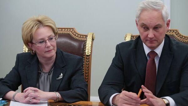 Russian Health Minister Veronika Skvortsova (left) at a meeting with Vladimir Putin in his Novo-Ogarevo residence, January 21, 2014 - Sputnik International