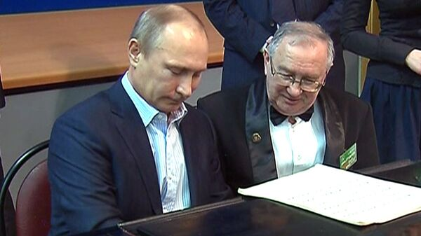 Putin Plays the Piano for Moscow Students - Sputnik International