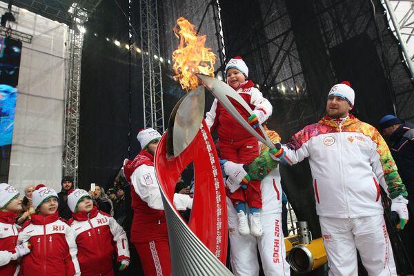 Kadyrov held the torch himself at the city's Ahmad-Arena football stadium - Sputnik International