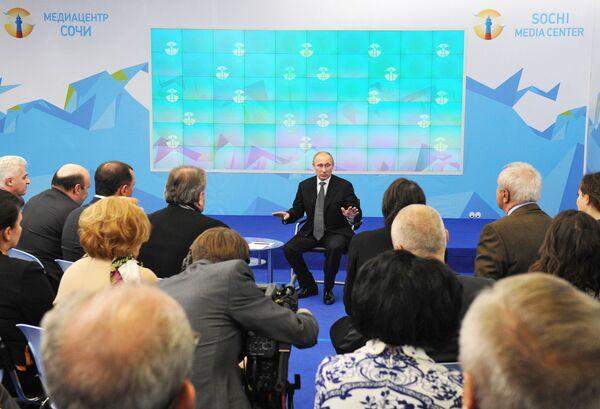 Vladimir Putin at a meeting with members of the Sochi Olympic public council - Sputnik International