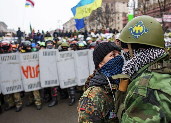 Maidan Self-Defense units fighting off Yanukovych supporters who tried to remove the barricades from Khreshchatyk Street. - Sputnik International