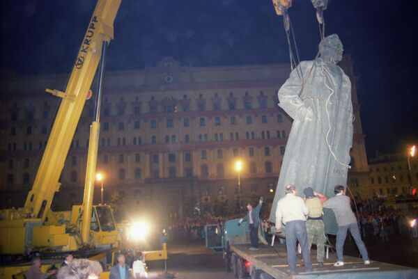 Monument to Felix Dzerzhinsky dismantled in the square that used to bear his name (now - Lubyanka Square) by Muscovites by order of the Moscow Soviet in the night of August 23, 1991 - Sputnik International