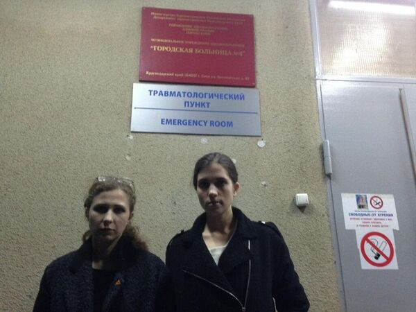 Maria Alyokhina and Nadezhda Tolokonnikova at the emergency room in Sochi hospital - Sputnik International