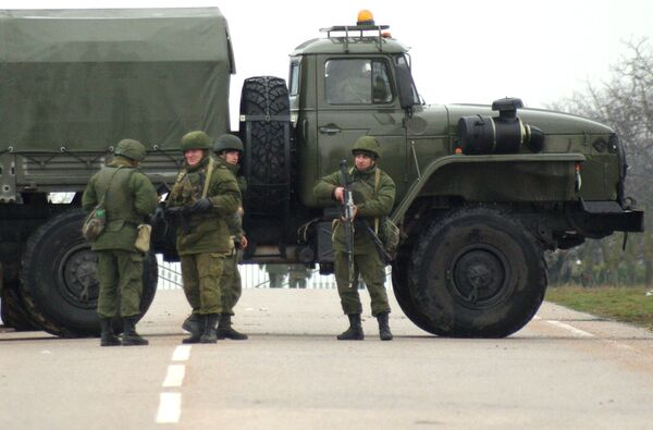 Armed men blocked a road near Sevastopol, February 28, 2014 - Sputnik International