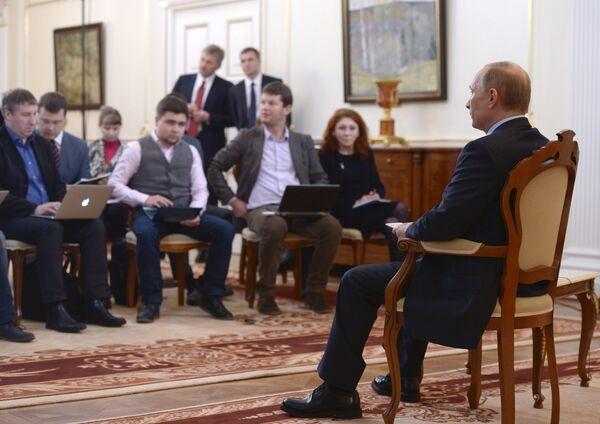 President Vladimir Putin (right) facing journalists at the Novo-Ogaryovo residence to answer questions concerning the situation in Ukraine, March 4, 2014. - Sputnik International
