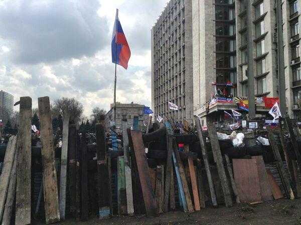 Barricades around the Donetsk regional administration, seized by protesters - Sputnik International