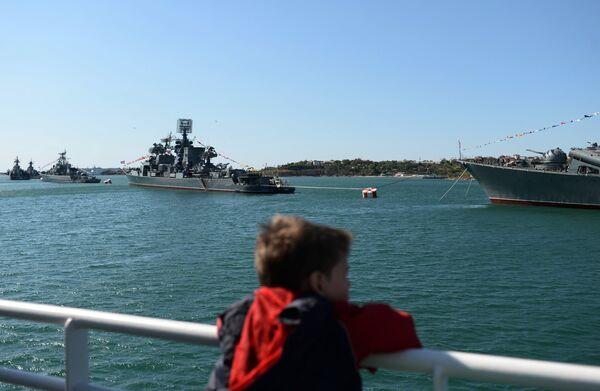A child watches naval ships in the Bay of Sevastopol - Sputnik International
