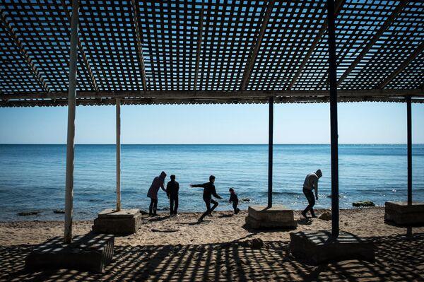People on a beach in the city of Yevpatoria - Sputnik International