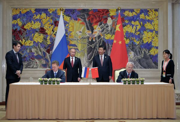 President Vladimir Putin, background left, and Chinese leader Xi Jinping, background right, during the signing of joint agreements in Shanghai - Sputnik International