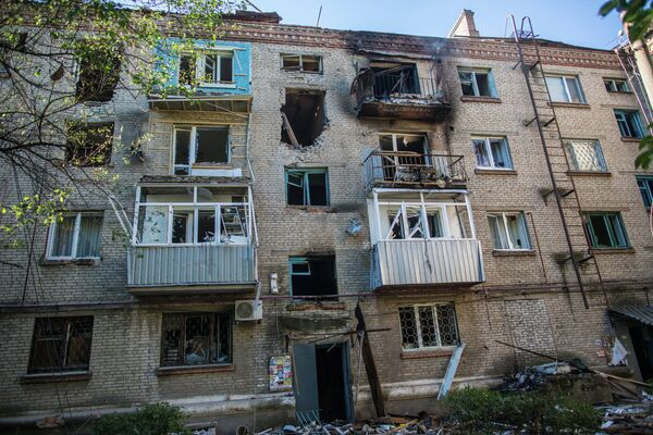 The consequences of an artillery attack on apartment buildings in Slovyansk - Sputnik International