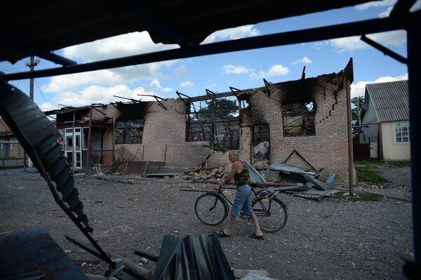 Aftermath of shelling in the town of Amvrosiyevka, Donetsk region - Sputnik International