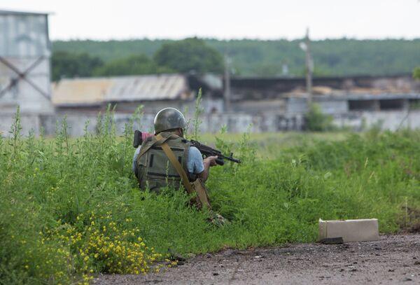 Self-defense forces member in the village of Semyonovka (Archive) - Sputnik International