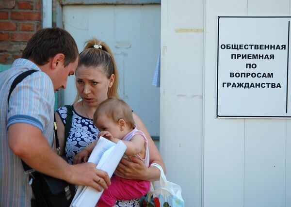 A family of refugees from southeastern Ukraine seen near the Federal Migration Service's office in Belgorod which is going to provide them with temporary residence permits and refugee statuses - Sputnik International