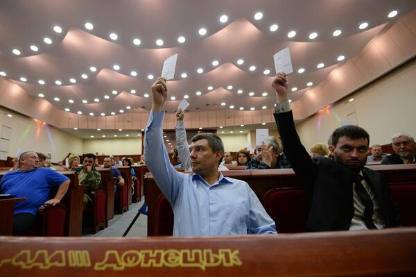 Voting at the first session of parliament of the Union of People's Republics in Donetsk - Sputnik International