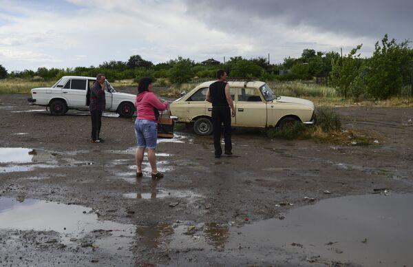 Local residents at Izvarino border crossing point in Lugansk Region, Ukraine, after shelling. - Sputnik International