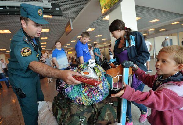 Ukrainian refugees arrive in Moscow aboard Russian Emergencies Ministry plane - Sputnik International