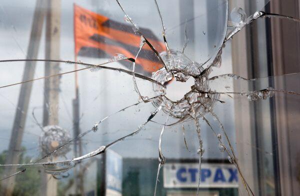 A window broken by a bullet at the border check point Izvarino, Lugansk Region. - Sputnik International