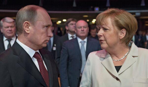 Russian President Vladimir Putin and German Chancellor Angela Merkel - Sputnik International