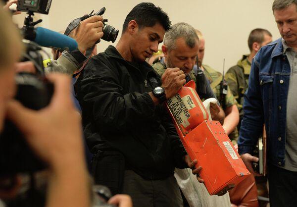 Malaysian experts receive flight recorders of crashed B-777 airliner - Sputnik International