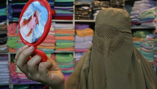 Pakistani woman looking in a mirror - Sputnik International