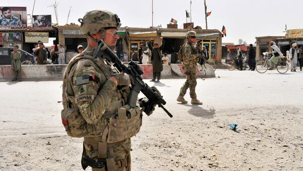 US Army soldiers provide security for members of their team near the Afghanistan-Pakistan border - Sputnik International