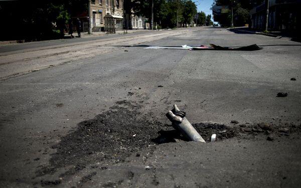 Fragment of artillery shell stuck in asphalt in Luhansk - Sputnik International