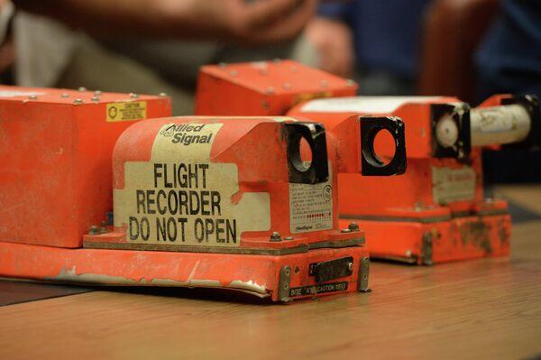 Flight recorders of crashed MH-17 Boeing - Sputnik International