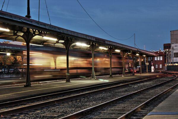 A train starts moving at Portland train station - Sputnik International